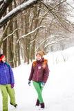Deux filles vont sur une hausse en hiver Images stock