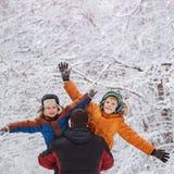 Deux fils et son père en parc d'hiver fixation amusement, joie, bonheur, amitié Photos libres de droits
