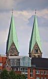 Deux flèches d'église au-dessus d'horizon de ville Photo libre de droits