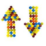 Deux flèches de différentes sucreries de couleur Photos stock