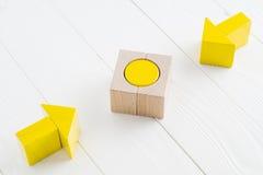 Deux flèches en bois convergent vers la cible centrale Image stock