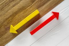 Deux flèches se dirigeant dans des directions opposées Image stock