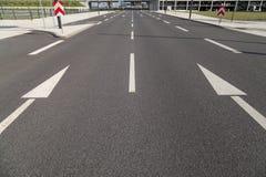 Deux flèches sur l'asphalte Image libre de droits