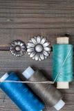 Deux fleurs et bobines de boutons de vintage avec des fils Photo stock