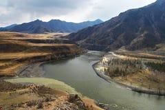 Deux fleuves dans les montagnes. La Russie Image libre de droits