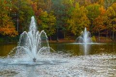 Deux fontaines dans un étang images stock