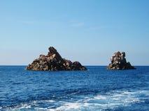Deux formations en pierre en mer Méditerranée près d'île de Corse image libre de droits