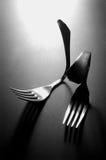 Deux fourchettes pliées en noir et blanc photos stock