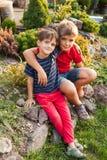 Deux frères à l'extérieur Photographie stock libre de droits