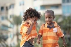 Deux frères adorables à l'extérieur Photos libres de droits