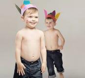 Deux frères agissant en tant qu'Indiens Photos stock