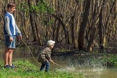 Deux frères, amis, jouant The Creek, garçons dans les beaux environs Images stock