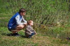 Deux frères, amis, jouant The Creek, garçons dans les beaux environs Photographie stock libre de droits