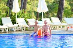 Deux frères appréciant la piscine Images libres de droits