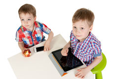 Deux frères avec un PC de tablette Photo stock