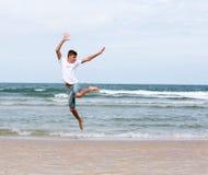 Deux frères d'un adolescent jouant sur l'océan, l'amitié o Photo stock
