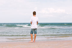 Deux frères d'un adolescent jouant sur l'océan, l'amitié o Images libres de droits