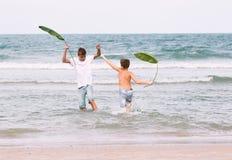 Deux frères d'un adolescent jouant sur l'océan, l'amitié o Images stock
