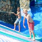 Deux frères heureux ayant l'amusement dans le parc d'aqua Photo stock
