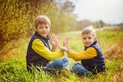 Deux frères heureux de litte ayant l'amusement ensemble au jour ensoleillé t Photographie stock libre de droits
