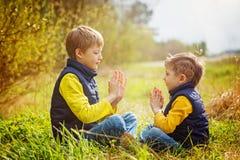 Deux frères heureux de litte ayant l'amusement ensemble au jour ensoleillé t Photo stock