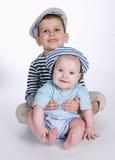 Deux frères heureux sur le fond blanc Photographie stock