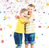 Deux frères mignons appréciant le monde coloré Image libre de droits