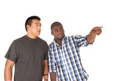 Deux frères regardant et on se dirigeant Photos stock