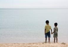 Deux frères retenant des mains Photo libre de droits