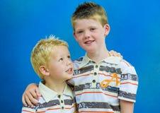 Deux frères se retenant Photo stock