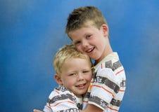 Deux frères se retenant Images libres de droits