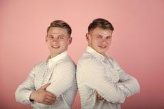 Deux frères souriant sur le fond rose Photographie stock libre de droits