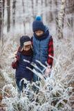 Deux frères sur le walr dans des meilleurs amis de forêt d'hiver jouant ensemble Image libre de droits