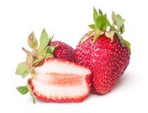 Deux fraîchement entiers et demi fraises Images stock