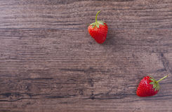Deux fraises sur le fond et l'espace en bois pour le libellé Photo stock