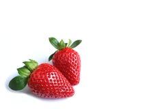 Deux fruits mûrs frais lumineux de fraise de couleur rouge d'isolement sur le fond blanc, avec l'espace libre pour la conception Photos libres de droits