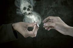 Deux fumeurs partageant la cigarette image libre de droits