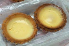 Deux gâteaux au goût âpre de pâtisserie d'oeufs image libre de droits