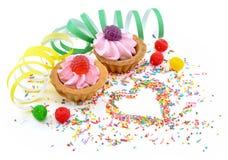 Gâteaux d'anniversaire avec des baies de gelée Image libre de droits