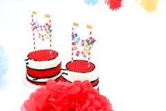 Deux gâteaux d'anniversaire avec des bannières Images libres de droits