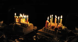 Deux gâteaux d'anniversaire avec des bougies Image stock