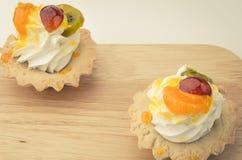 Deux gâteaux de blanc et morceaux crèmes de fruit Photos stock