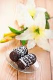Deux gâteaux de chocolat avec la floraison Photos libres de droits