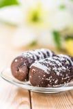 Deux gâteaux de chocolat avec les lis de floraison Photos stock