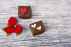 Deux gâteaux de chocolat décorés des roses Image libre de droits