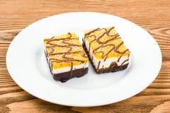 Deux gâteaux de chocolat d'un plat blanc Images libres de droits