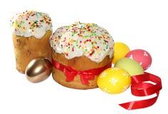 Deux gâteaux de Pâques et oeufs (image avec le chemin de coupure) Photographie stock
