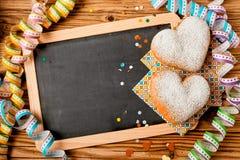 Deux gâteaux en forme de coeur sur une ébauche Image stock