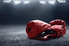 Deux gants de boxe rouges de paires image libre de droits