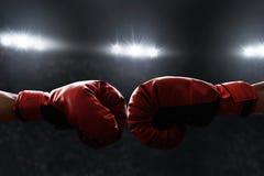 Deux gants de boxe sur les anneaux images stock